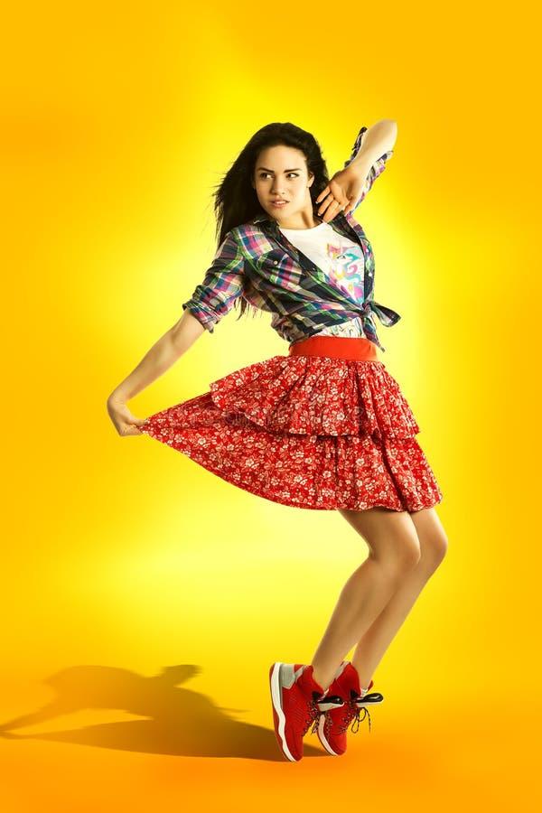 Danse moderne de fille de style sur le fond orange frais Rétro danseur de Hip Hop image stock