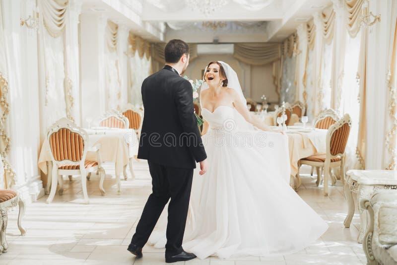 Danse romantique de couples et baisers sur leur mariage image stock