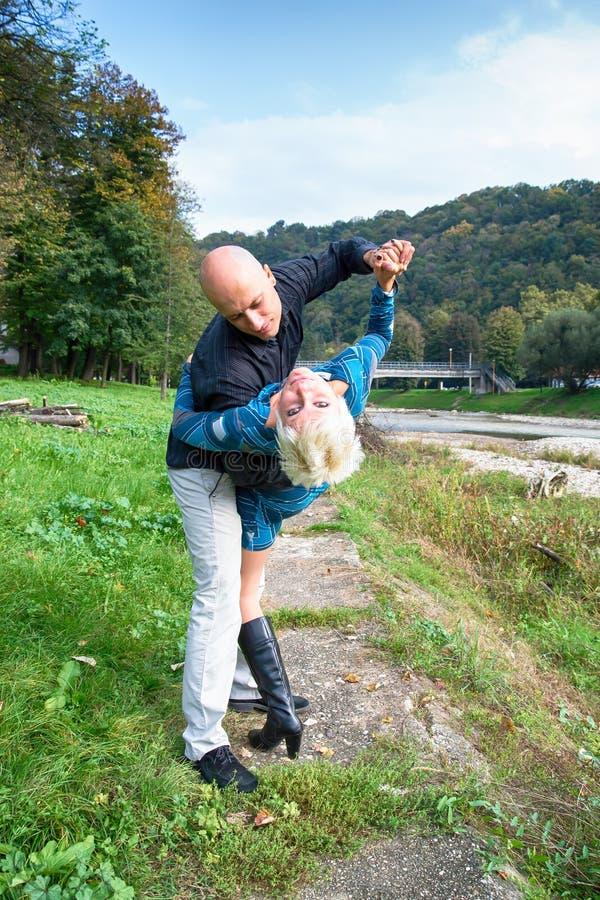 Danse romantique en nature par des couples photo stock