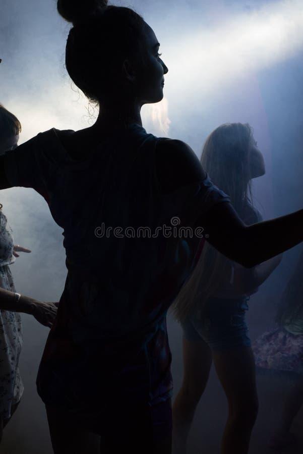 Danse russe de femme à la disco photo stock