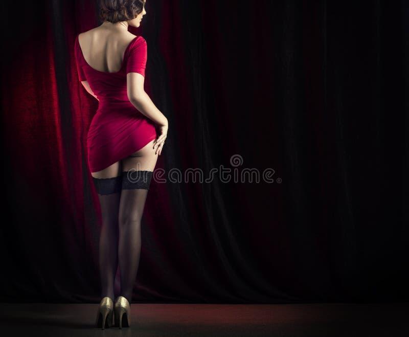 Danse sexy de femme sur l'étape images stock