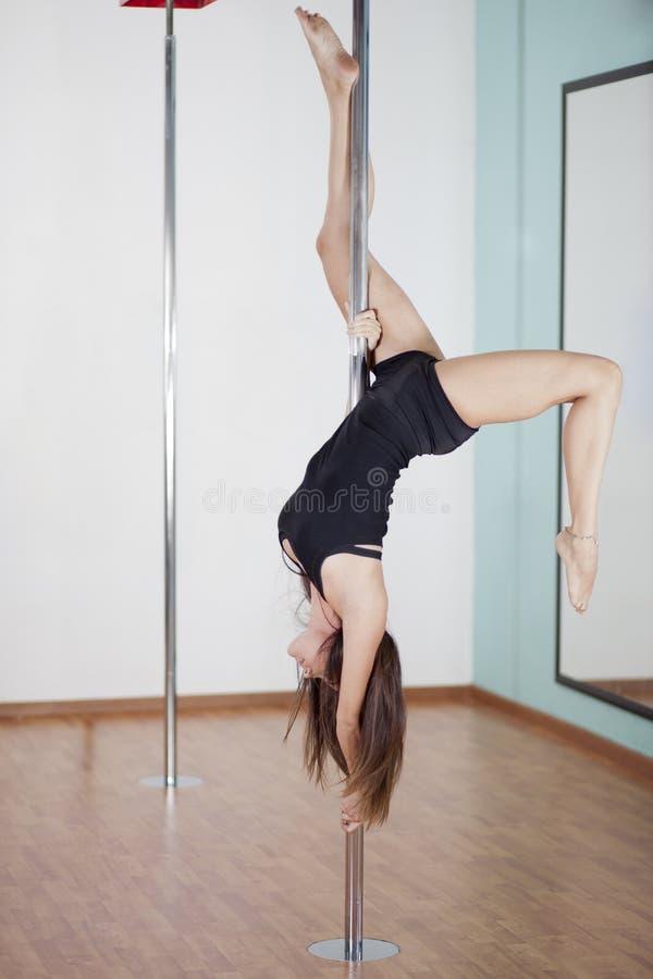 Danse sexy de poteau de femme image libre de droits