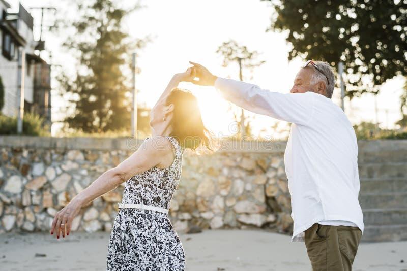 Danse supérieure de couples sur une plage tropicale photos libres de droits