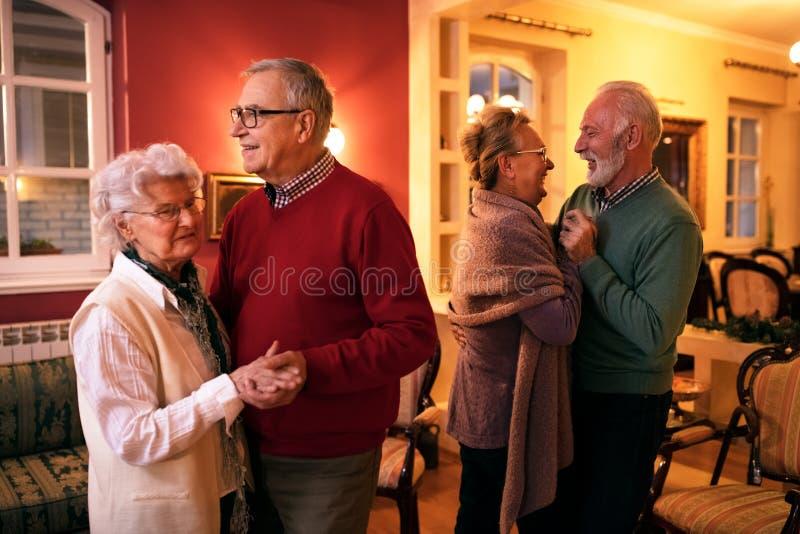 Danse supérieure de deux couples romatic à la maison de repos photographie stock