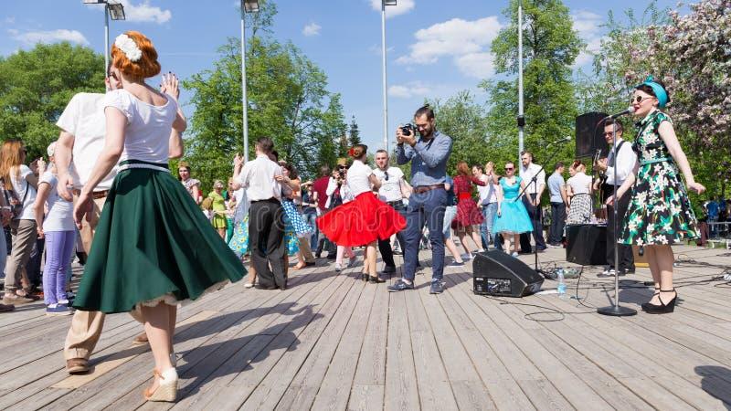 Danse sur la piste de danse en parc de Gorki image stock