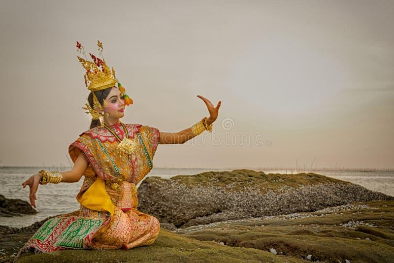Danse thaïlandaise dans le khon masqué Benjakai en littérature R photographie stock