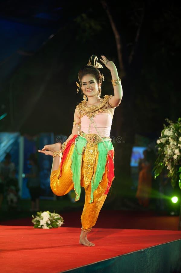 Danse thaïlandaise traditionnelle du sud dans le festival de tourisme de la Thaïlande photos stock