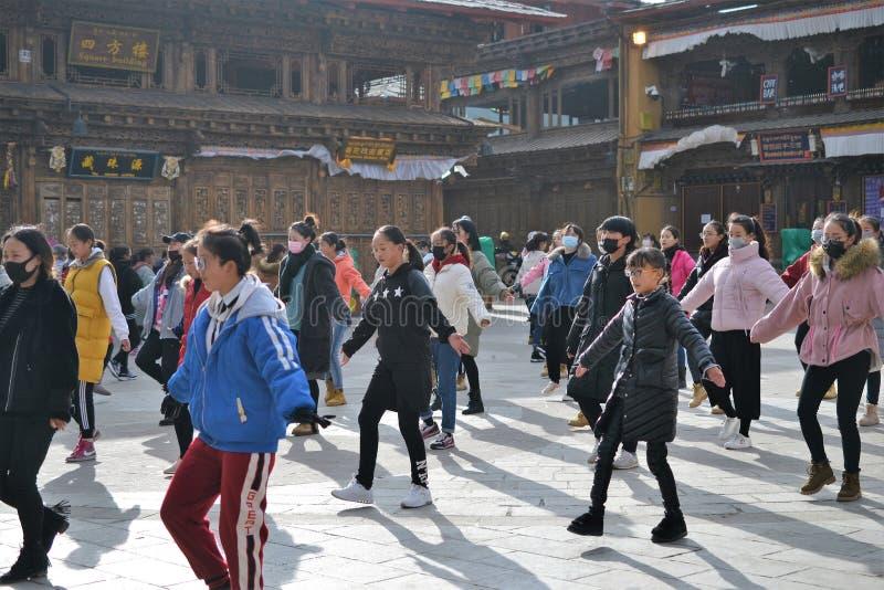 Danse tibétaine chinoise de filles en vieille La de Shangri de ville, Xianggelila, Yunnan, Chine photos libres de droits