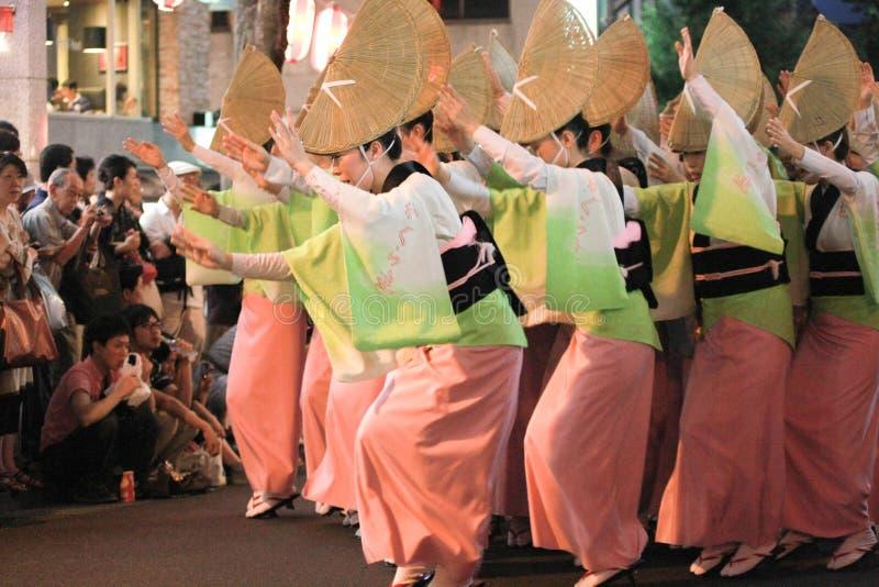 Danse traditionnelle de femme japonaise photo stock