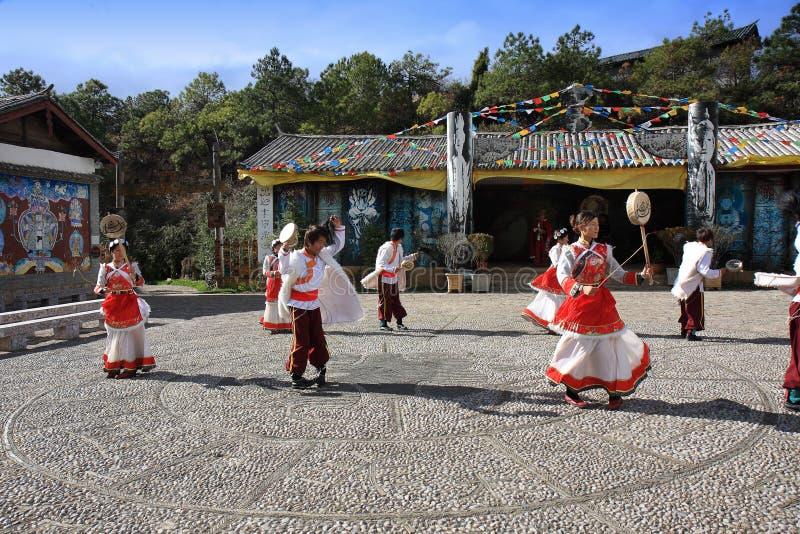 Danse traditionnelle de Naxi photos stock
