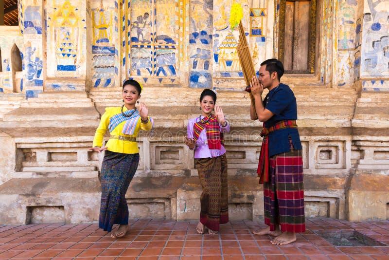 Danse traditionnelle du nord-est thaïlandaise avec la musique photographie stock