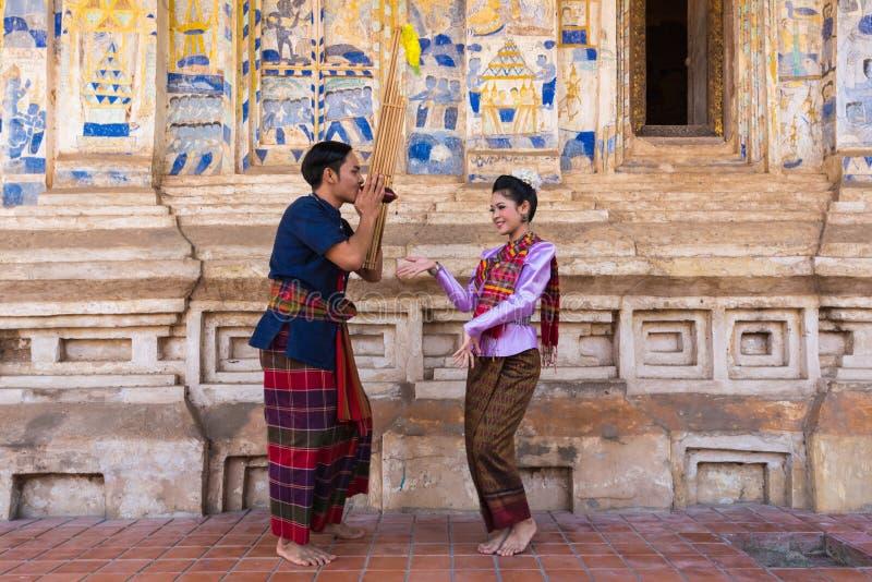 Danse traditionnelle du nord-est thaïlandaise avec la musique photo libre de droits