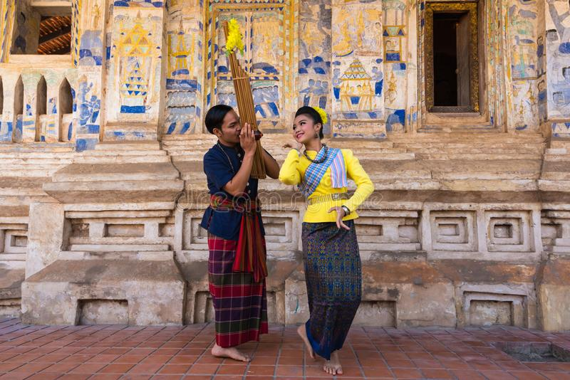 Danse traditionnelle du nord-est thaïlandaise avec la musique image libre de droits