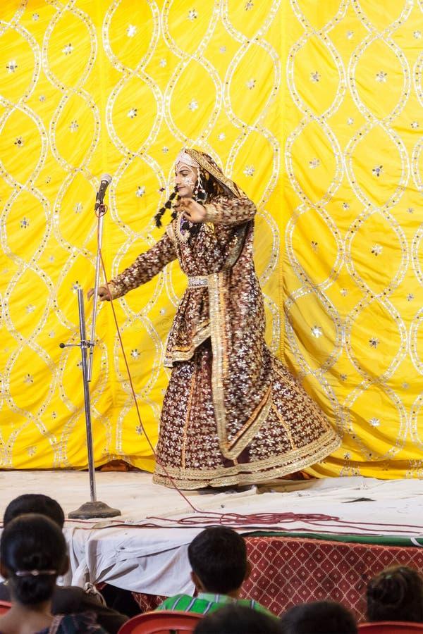 Danse traditionnelle indienne de femme (représentation d'étape) images stock
