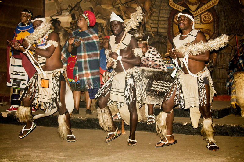 Danse tribale africaine dans des costumes faits main traditionnels photographie stock