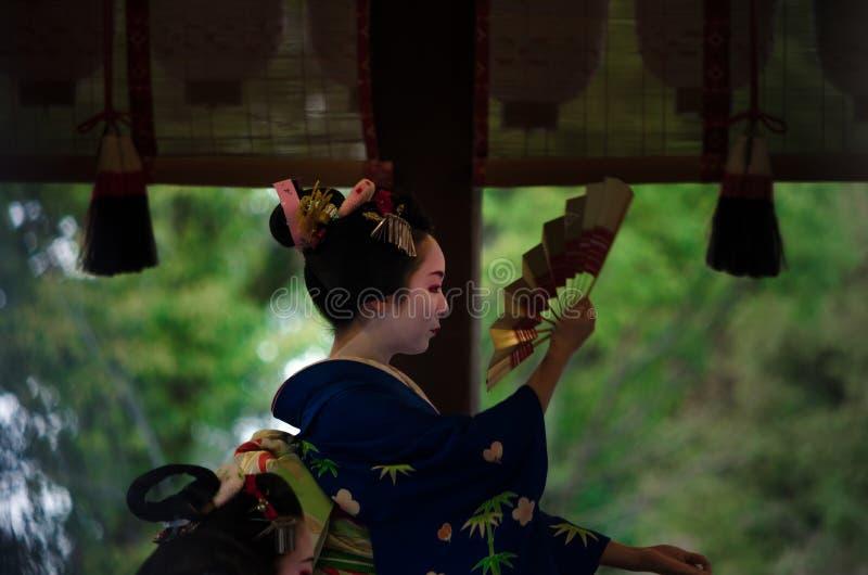 Danse votive par la fille de Maiko au tombeau Kyoto Japon photo stock
