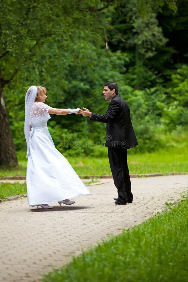 Dansend huwelijkspaar bij een park stock foto