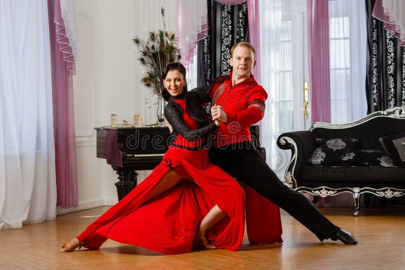 Dansend jong paar. stock afbeeldingen