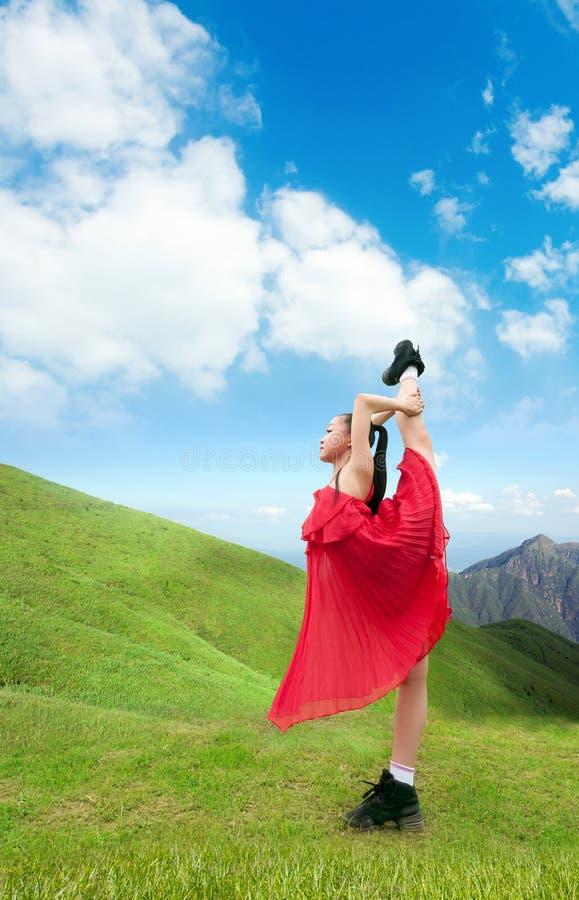 Dansend meisje in de bergen royalty-vrije stock foto