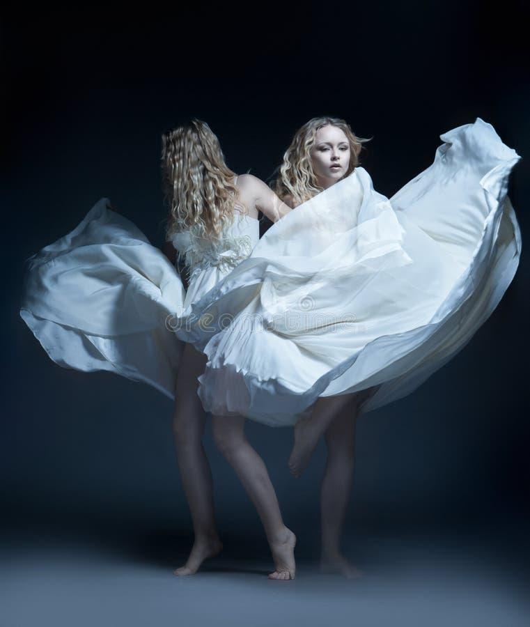 Dansend meisje in huwelijkskleding met multiexposition royalty-vrije stock foto