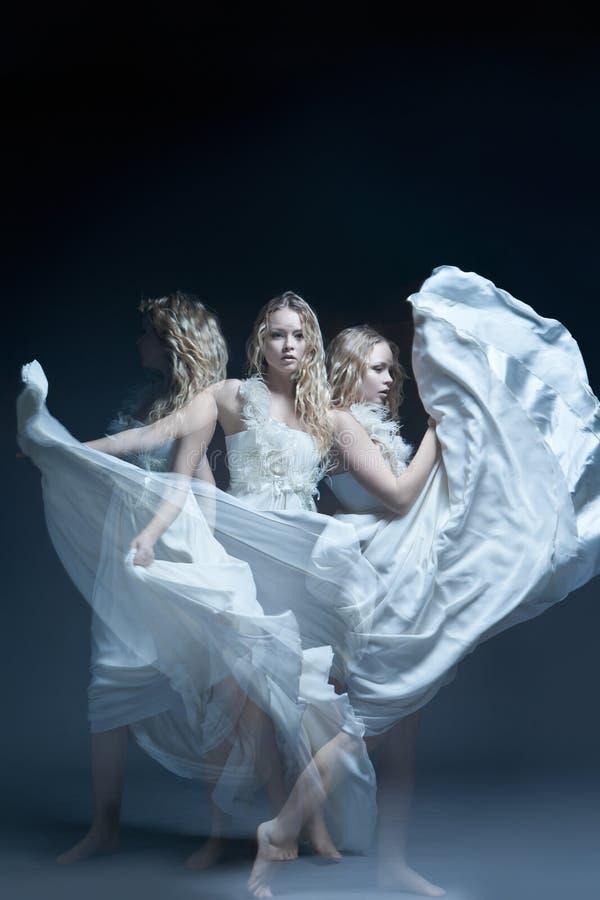 Dansend meisje in huwelijkskleding met multiexposition stock afbeelding