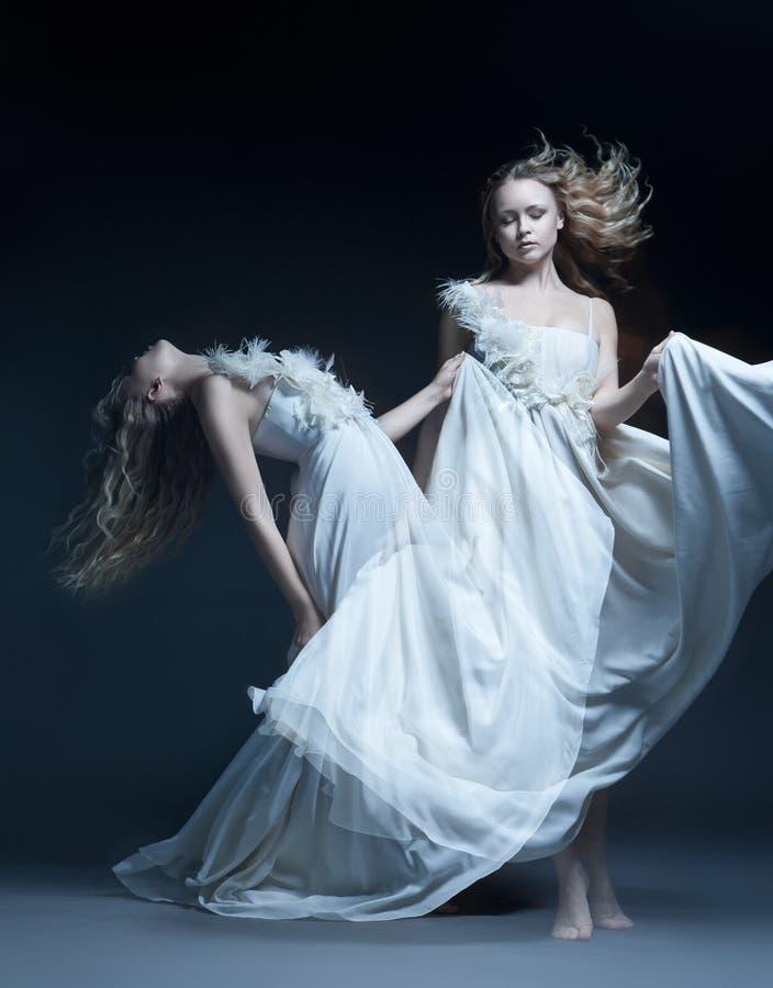 Dansend meisje in huwelijkskleding met multiexposition stock foto's