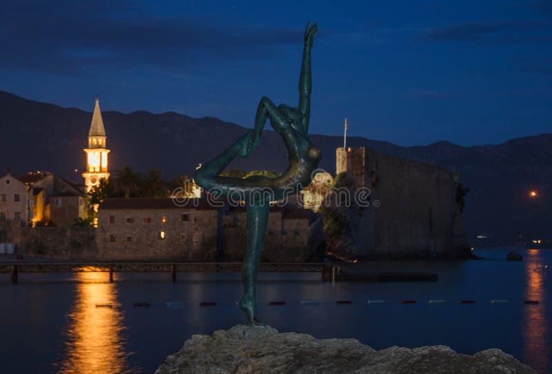Dansend Meisjesstandbeeld bij zonsondergang, blauwe uren en nacht montenegro ADRIATISCHE OVERZEES royalty-vrije stock afbeeldingen