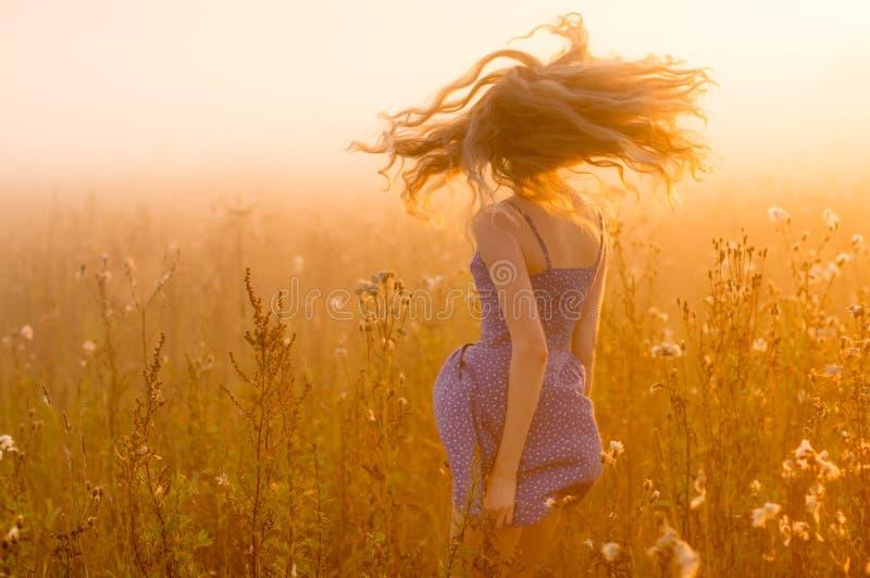 Dansend mooi meisje in mist stock foto's