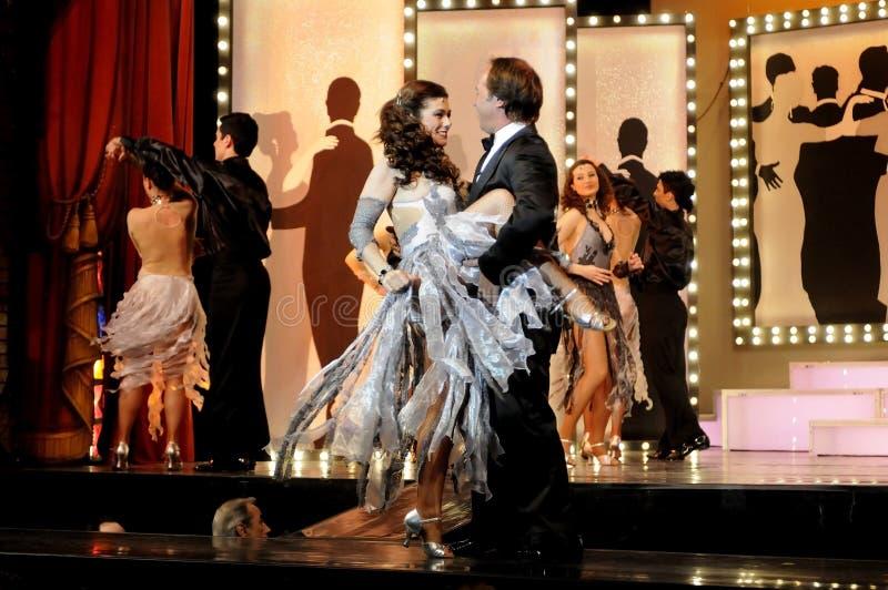 Dansend op Stadium, Muzikaal Spel, Theaterbinnenland, Actoren Paar royalty-vrije stock afbeeldingen