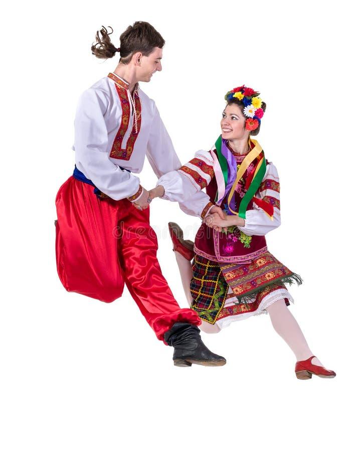 Dansend paar die in poetsmiddel nationaal traditioneel kostuum, volledig geïsoleerd lengteportret springen stock fotografie