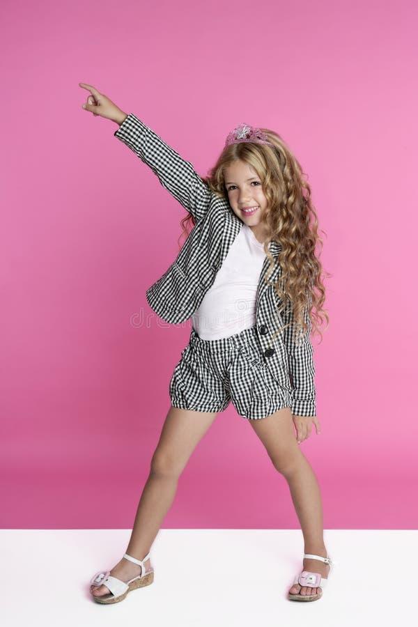 Dansend volledig lengtemeisje op roze stock foto's