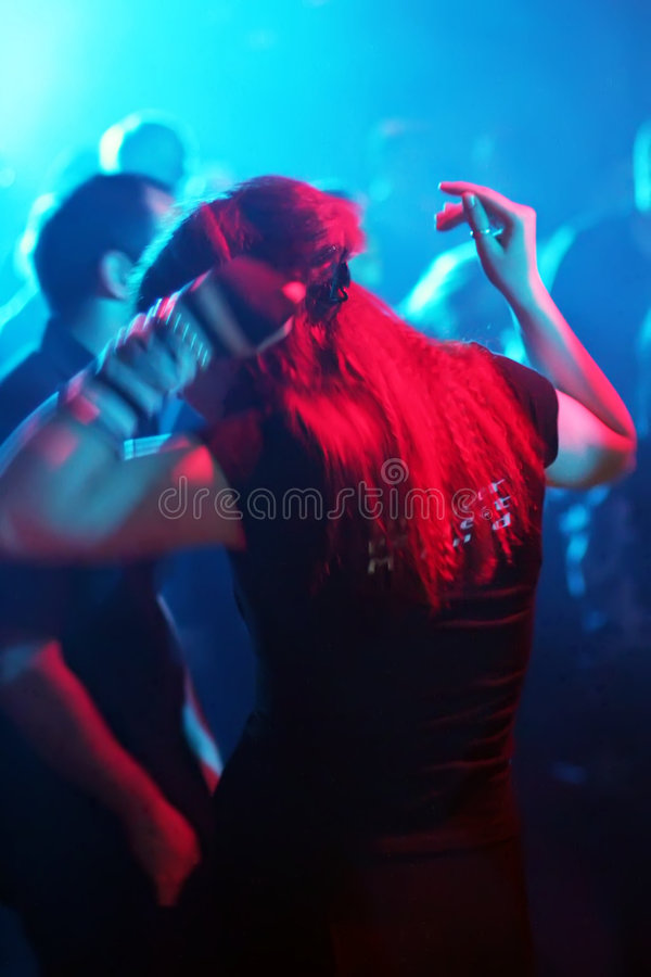 Dansende jonge vrouw stock foto