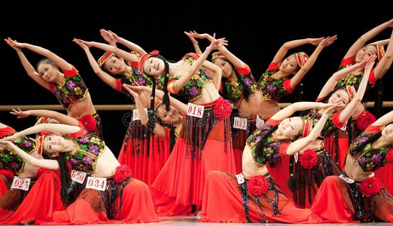 Dansende meisjes in rood royalty-vrije stock afbeeldingen