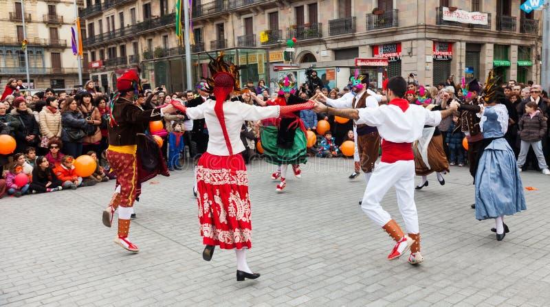 Dansende mensen bij Carnaval-Ballen in Placa Comercial stock afbeeldingen