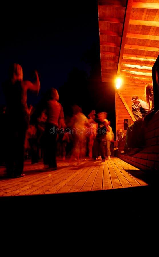 Dansende mensen bij nacht royalty-vrije stock foto