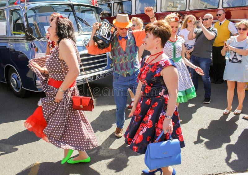 Dansende mensen op een vakantie onder retro bussen royalty-vrije stock foto's
