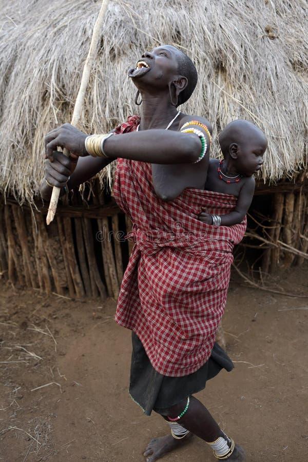 Dansende Mursi-vrouw met baby in Zuiden Omo, Ethiopië royalty-vrije stock fotografie