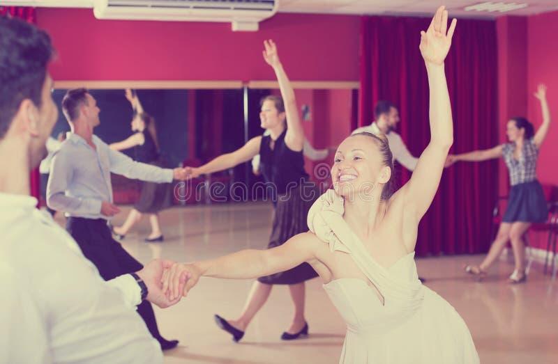 Dansende paren die van Latijnse dansen genieten stock foto's