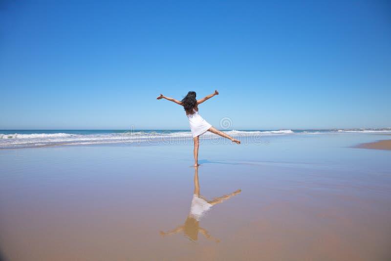 Dansende vrouw bij strand Castilnovo royalty-vrije stock fotografie