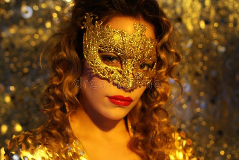 Dansende vrouw met gouden masker royalty-vrije stock fotografie
