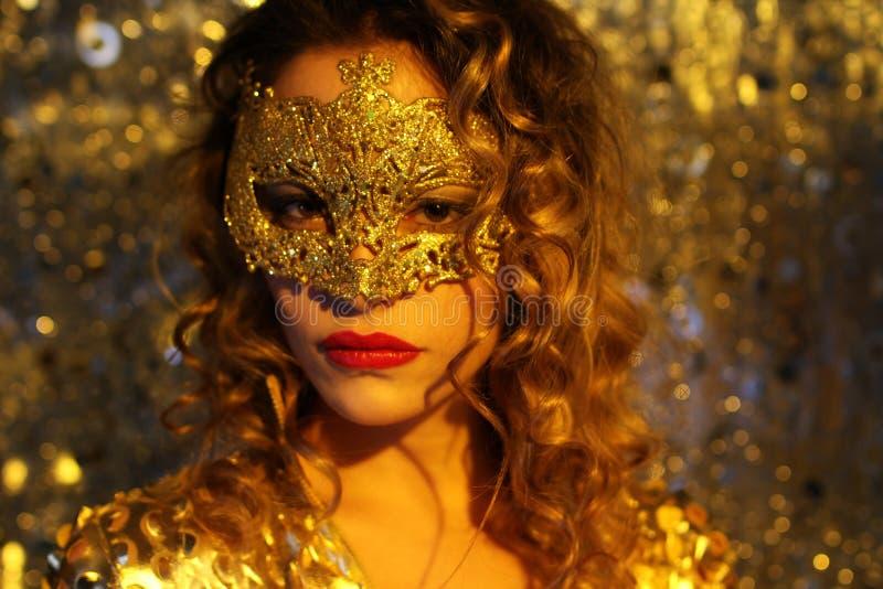 Dansende vrouw met gouden masker stock afbeelding