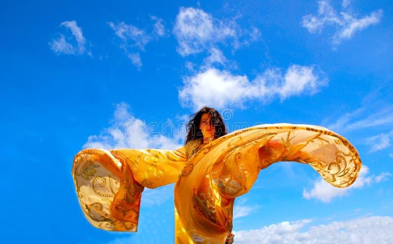 Dansende vrouw met sjaal royalty-vrije stock afbeelding