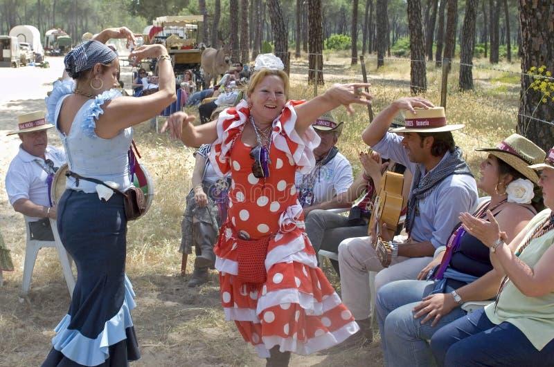 Dansende vrouwelijke pelgrims op hun manier aan Gr Rocio stock afbeeldingen