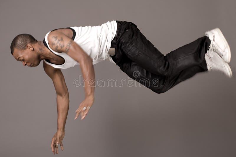 Danser die aan de vloer springt stock foto's