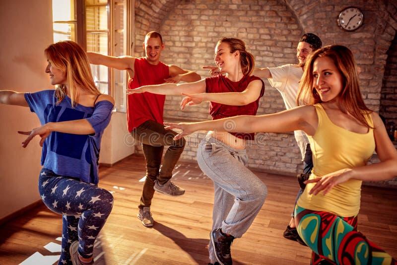 Danser die dans opleiding in studio uitoefenen royalty-vrije stock fotografie