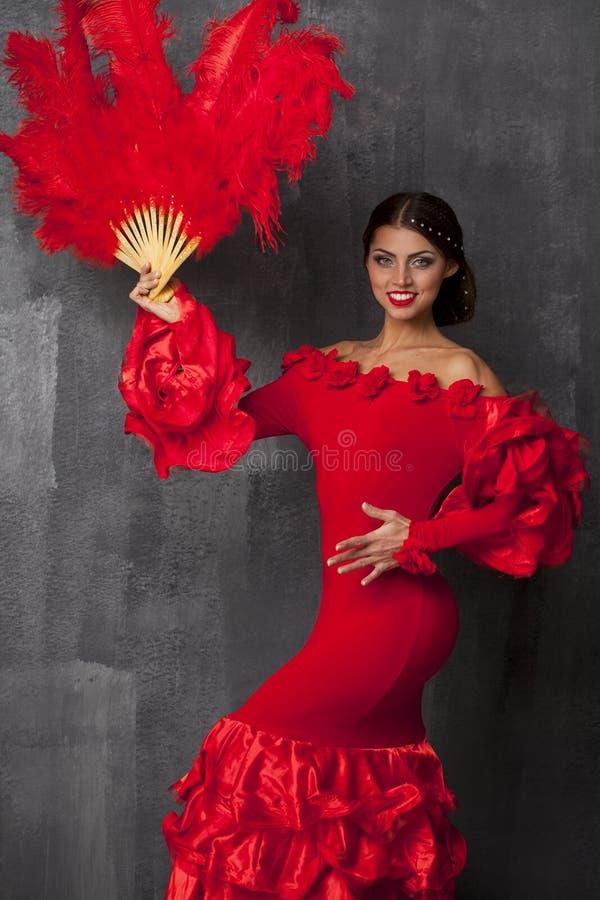 Danser die van het vrouwen de traditionele Spaanse Flamenco in een rode kleding dansen royalty-vrije stock foto