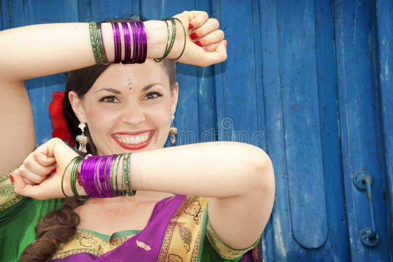 Danser in Indische Sari stock afbeeldingen