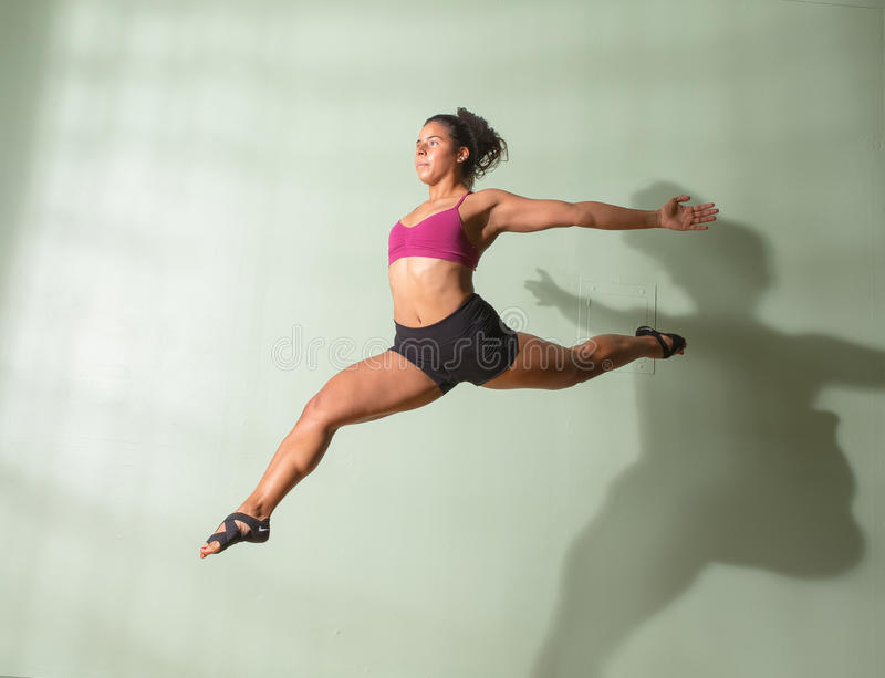 Danser Leaping Mid Air stock foto's