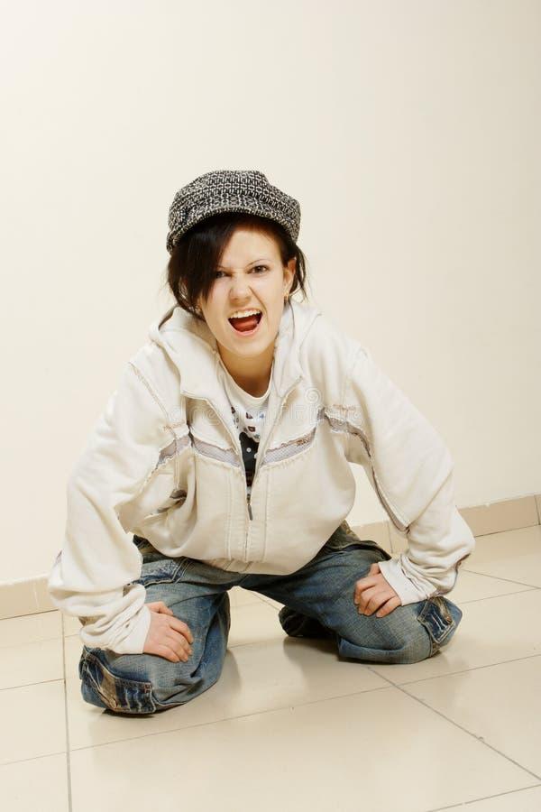 Danser op grijze muurachtergrond stock foto