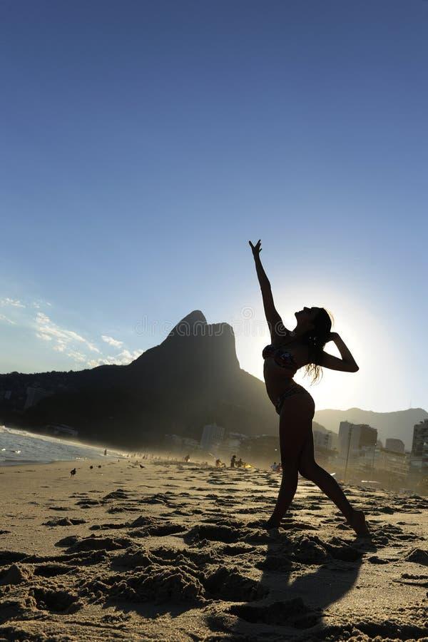 Danser op het strand, Rio de Janeiro stock afbeelding